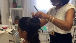 Solange Alban fazendo um penteado incrível